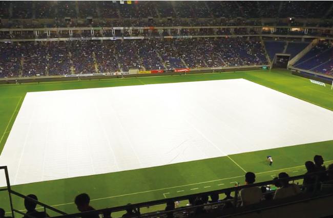 サッカーグラウンドでのプロジェクションマッピングのスクリーンとして使用されたシート